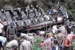 Clip: Xe khách quá tải rơi xuống vực sâu 200m, 48 người chết thảm
