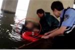 Clip: Nhảy sông tự tử, người đàn ông hối hận bơi vào chân cầu kêu cứu
