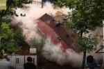 Clip: Nhà 4 tầng đổ sập, vỡ vụn trong tích tắc sau lở đất