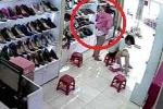 Hà Nội: Nữ trộm vén váy giấu 2 đôi giày, qua mặt nhân viên bán hàng