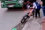 Clip: Ngã văng trước bánh xe tải, bé trai thoát chết thần kỳ trong gang tấc