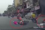 Clip: Không giữ khoảng cách, 2 người phụ nữ phanh gấp, ngã dúi dụi trên phố Hà Nội