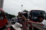 Già trẻ, gái trai nhảy như King Kong qua hàng rào bắt xe về quê