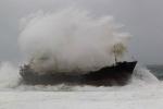 Tin bão số 10 mới nhất: Sóng lớn đánh chìm 2 tàu trên biển Quảng Ninh