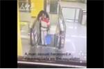Phẫn nộ clip kẻ biến thái ngang nhiên quấy rối nữ lao công lớn tuổi giữa ga tàu