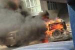 Clip ôtô 5 chỗ cháy ngùn ngụt trước trụ sở công an phường ở Quảng Ninh