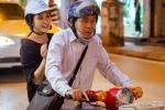 Vợ chồng NSND Lan Hương - Đỗ Kỷ chở nhau bằng xe cub đi may đồ