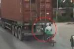 Clip: Thanh niên lái xe máy 1 tay, núp sau container tránh rét và cái kết rùng mình
