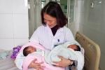 Kỳ diệu sản phụ sinh đôi, 1 bé gái còn nguyên trong bọc ối