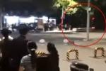 Video: Cảnh sát giao thông dũng cảm lấy thân mình chặn xe điên