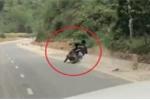 Clip: Say xỉn, người đàn ông loạng choạng lái xe máy rồi tự ngã