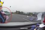 Clip: Cụ bà băng qua cao tốc, bị ô tô tông bay người