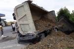 Video: Sau va chạm, ô tô con bị xe tải đè bẹp, nam tài xế chết thảm