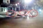 Clip: Xe máy phóng như tên lửa, tông bay 2 xe máy vượt đèn đỏ đêm Noel