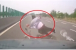 Clip: Xe máy đi ngược chiều phóng tốc độ cao, bị ô tô tông bay người