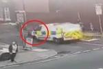 Clip: Đang đuổi bắt nghi phạm, cảnh sát bị đồng nghiệp lái xe tông gục