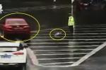 Clip: Tài xế ném ô cho CSGT đứng dầm mưa nhiều giờ
