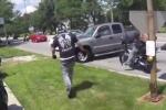 Bị chắn đường, tài xế xe bán tải điên tiết lao vào giữa đoàn biker