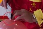 Clip: Đầu bếp Trung Quốc khoe tuyệt kỹ bịt mắt thái thịt trên quả bóng