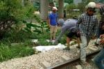 Cố vượt đường ray, hai người đi xe máy bị tàu hoả tông chết