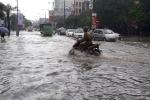 Mưa xối xả, đường phố Thanh Hóa biến thành sông, giao thông tê liệt
