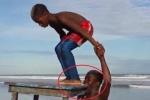 Clip: Người đàn ông dùng răng nhấc bổng chiếc bàn và 1 đứa trẻ