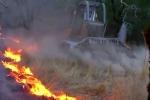 Clip: Lửa lan nhanh như gió, lính cứu hỏa Mỹ ủi đất dập lửa