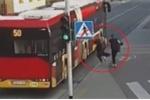Clip: Thiếu nữ bị bạn huých vai đẩy ngã ra đường, suýt chết dưới bánh xe buýt