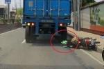 Clip: Bị xe tải nghiến qua đầu, người đi xe máy sống sót kỳ diệu nhờ thứ này
