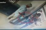 Clip: 2 tù nhân giả vờ xin nước, hạ gục bảo vệ, vượt ngục như phim