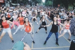 Hàng trăm người hào hứng với màn nhảy tập thể trên phố đi bộ
