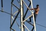 Thanh niên nghi 'ngáo đá' đu mình trên cột điện cao thế ở Sài Gòn