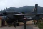 Clip: Máy bay quân sự lỗi phanh, đâm sập đồn cảnh sát