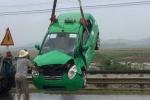 Taxi bị tàu hỏa kéo rê 50m, 3 người may mắn thoát chết