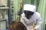 Bị kéo cắm vào đầu, người phụ nữ thản nhiên đi xe buýt đến bệnh viện
