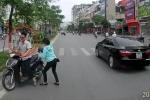 Clip: Nhắc nhở xe máy đi ngược chiều, tài xế ô tô bị 'chửi ngược'