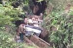 Tài xế không bằng lái lao xe xuống vực, 11 người thương vong
