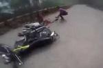 Thót tim clip 2 xe máy đối đầu như phim hành động trên đường đèo