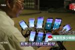 Cụ ông 70 tuổi dùng 11 chiếc điện thoại thông minh để bắt Pokemon