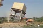 Video: Bể nước khổng lồ đè nát máy xúc, tài xế may mắn thoát chết