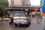 Ô tô, xe máy nối đuôi nhau đi ngược chiều trên phố Hà Nội