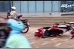 Gió quật đổ hàng loạt xe máy, người Hà Nội bỏ xe chạy thoát thân
