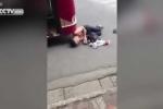 Trung Quốc: Gã đàn ông rúc đầu vào gầm xe buýt ăn vạ
