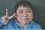 Clip: Tìm thấy bé trai bị bố mẹ phạt bỏ lại trong rừng gấu