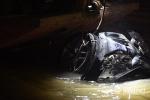 Video: Cận cảnh trục vớt chiếc Mercedes cùng 2 người chết dưới lòng sông Hồng