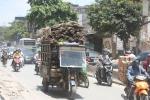 Ảnh: Trước ngày khai tử, xe 3 bánh vẫn nghêng ngang lê máy chém trên phố Hà Nội