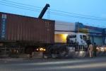 Container cắm đầu vào dải phân cách, giao thông Sài Gòn tắc nghẽn nghiêm trọng