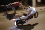 Clip: 2 thanh niên làm xiếc trên xe máy thách thức 'tử thần'