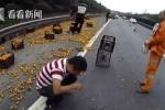 Lật xe tải chở cam, tài xế ngăn dân 'hôi của' bị đánh túi bụi, khóc nức nở