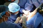 Ca mổ thần tốc thông đường thở em bé mới nhô đầu khỏi bụng mẹ